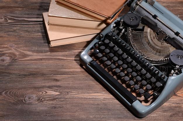 Старая ретро пишущая машинка на столе крупным планом