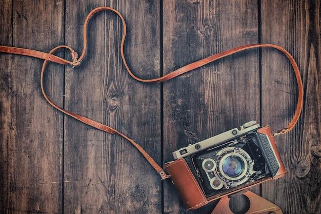 그런 지 나무 배경에 오래 된 레트로 빈티지 카메라