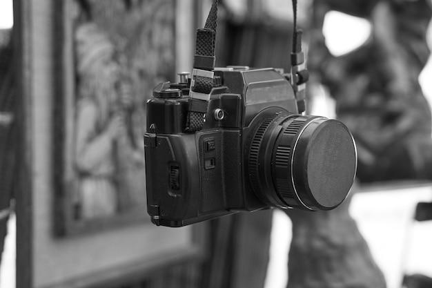 ネックストラップの古いレトロなビンテージフィルムカメラ