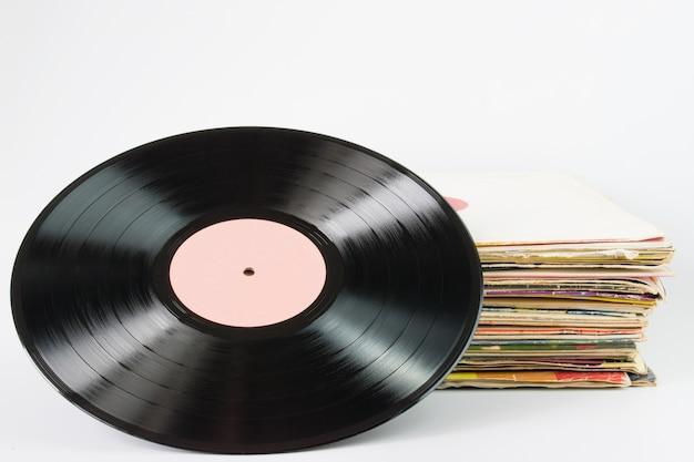 白い背景の上の古いレトロなビニールレコード
