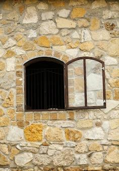 오래 된 레트로 나무 창