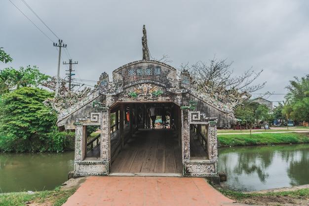 Старый речной мост во вьетнамской деревне