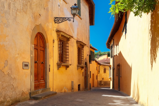 Старая римская улица флоренции в тоскане, италия