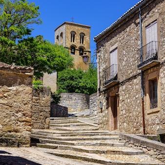 오래된 석조 계단과 종탑을 이용할 수있는 오래된 로마네스크 양식의 교회입니다. sepulveda