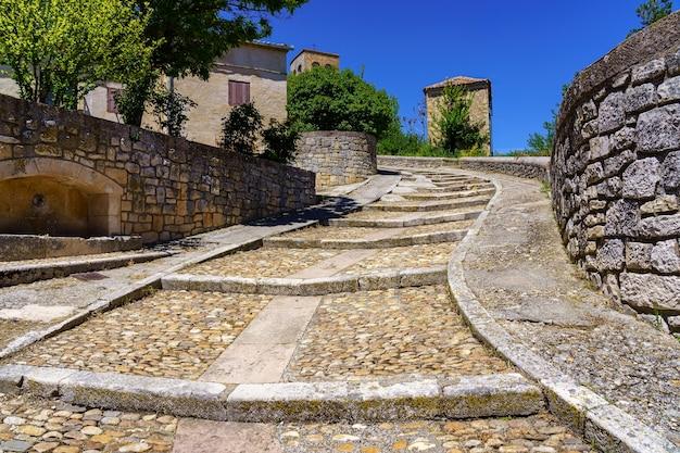 오래된 돌 계단과 종탑을 이용할 수있는 오래된 로마네스크 양식의 교회