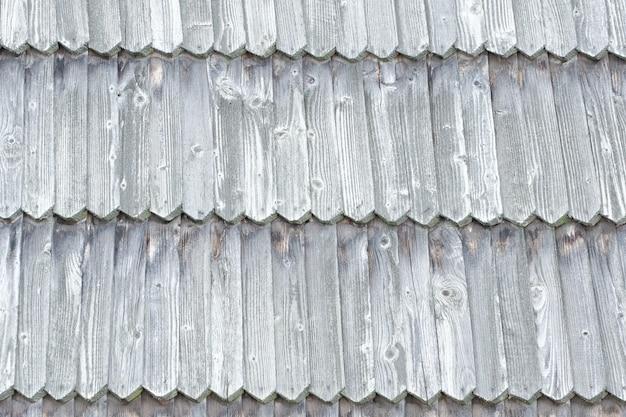 Старая крыша сделана из деревянной черепицы.