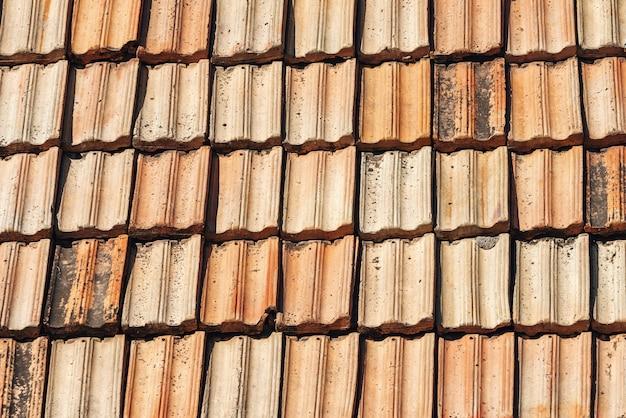 Старая предпосылка текстуры черепицы. текстура кровли. красный элемент крыши из гофрированной черепицы.