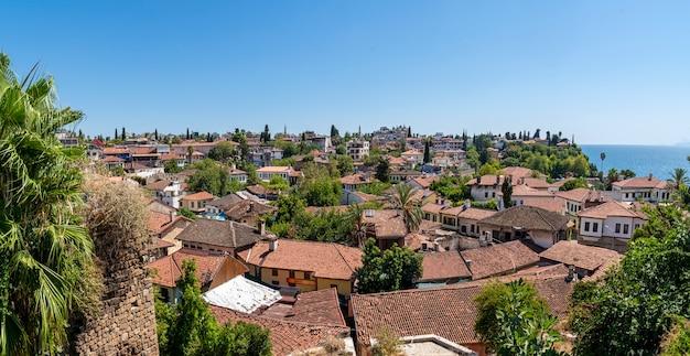 집의 오래된 지붕, 안탈리아의 오래된 칼레이치 지구. 파노라마. 작은 호텔과 레스토랑이 많은 안탈리아의 역사적 중심지는 여행자와 관광객이 가장 좋아하는 곳입니다.
