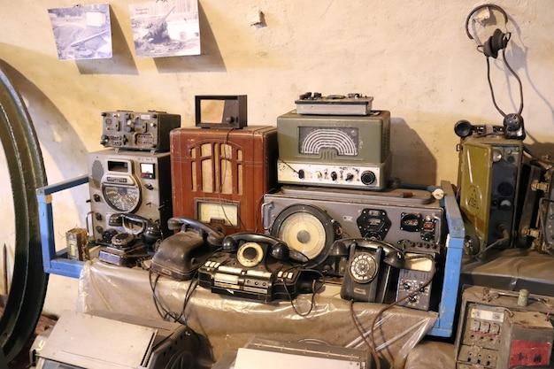 테이블에 있는 오래된 회전식 전화기 라디오 및 라디오 방송국