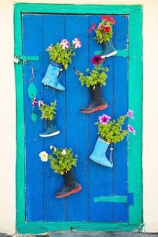 Старые резиновые сапоги с цветущими цветами