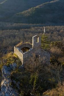 イストラ半島、クロアチアの山の古い台無しにされた歴史的な城