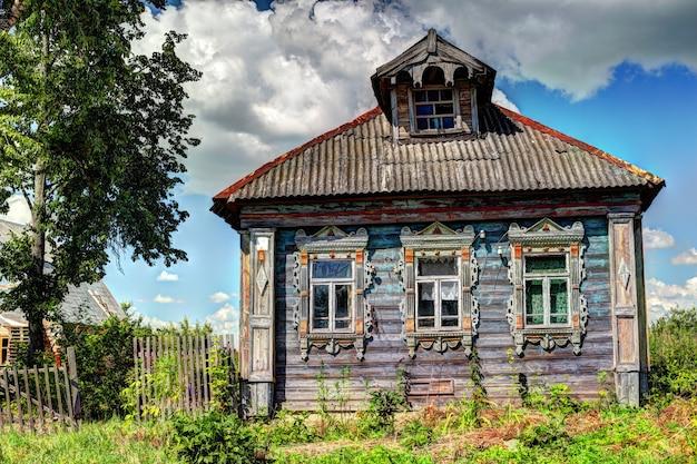 田舎の古い、台無しにされた家。