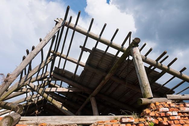 Старый разрушенный дом с дырявой крышей. фото высокого качества