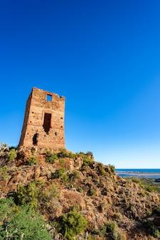 Старая разрушенная сторожевая башня, известная как l'ageleta, на вершине холма.