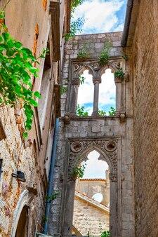 モンテネグロ、コトルの旧市街にあるヴェネツィアの窓のある古い遺跡。