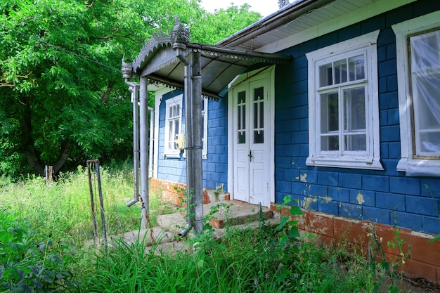 Старый сельский дом с навесом над входом