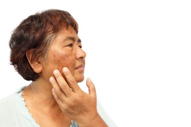 傷がついた古い農村女性