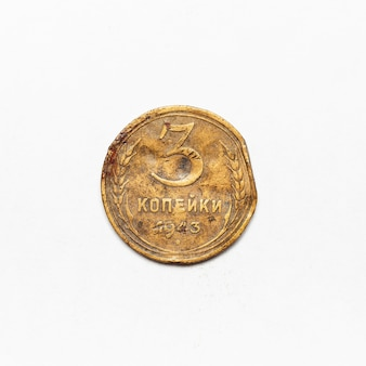 Старинная русская монета cccp 1943 года. изолированный на белой поверхности.