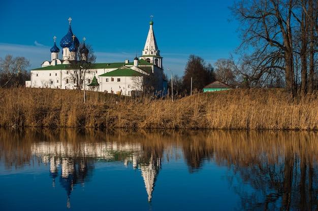 Старый русский городской пейзаж с церковью. вид на городской пейзаж суздаля.