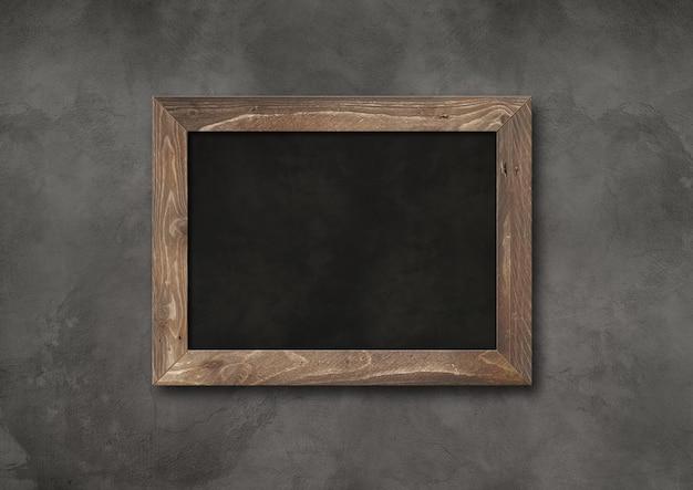 어두운 콘크리트 배경에 고립 된 오래 된 소박한 블랙 보드. 빈 수평 모형 템플릿
