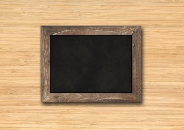 나무 배경에 고립 된 오래 된 소박한 블랙 보드. 빈 수평 모형 템플릿