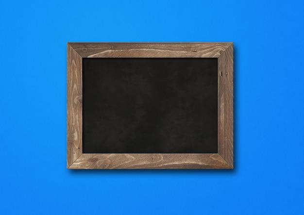 青で隔離の古い素朴な黒板