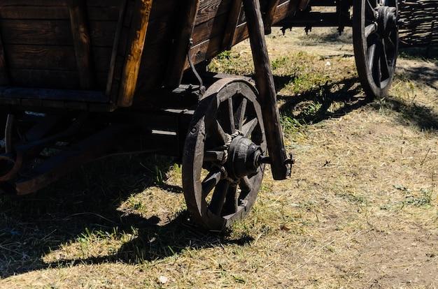 Старая деревенская деревянная тележка на земле