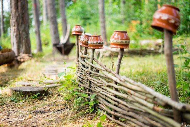 静水の本体の横にある古い素朴な木製の柵