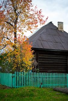 田舎、ロシアの古い素朴な木造住宅