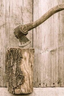 오래 된 녹슨 도끼입니다. 국가 도구. 나무 배경에 소박한 악기, 도구 및 농기구. 빈티지 스타일