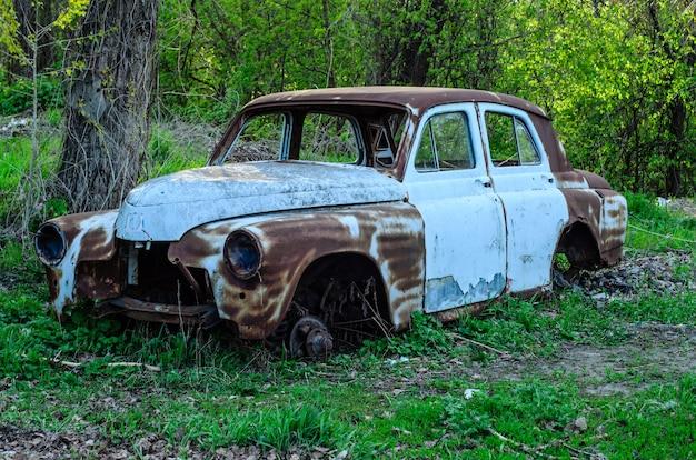 Старый ржавый кузов на земле