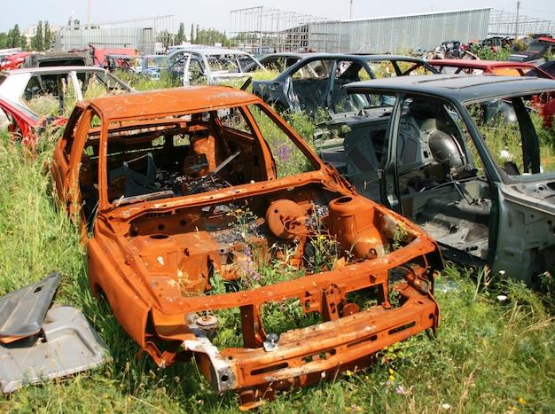 古いさびた車
