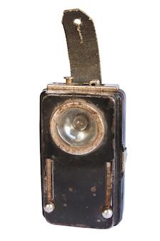 Старый ржавый сундук, добывающий фонарик, изолированный на белом