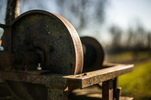 사용하지 않는 오래된 녹슨 철 윈치. 버려진 빈티지 역학.