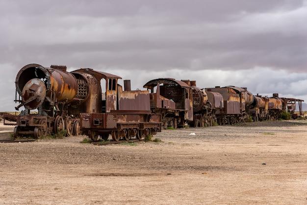 電車の墓地に捨てられた古いさびた機関車。ボリビア、ウユニ