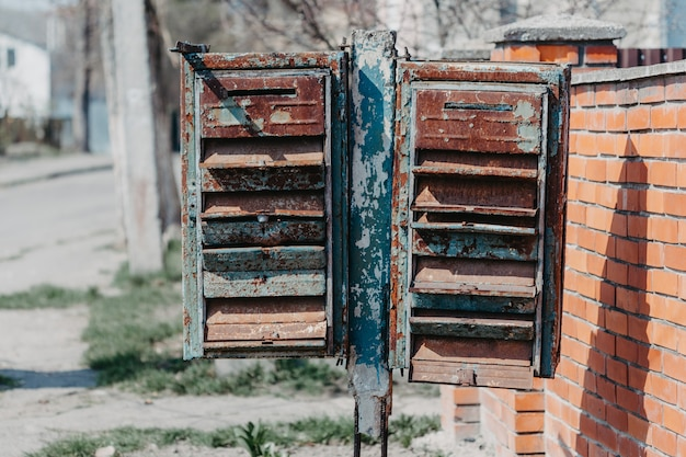 Старые ржавые почтовые ящики на улице