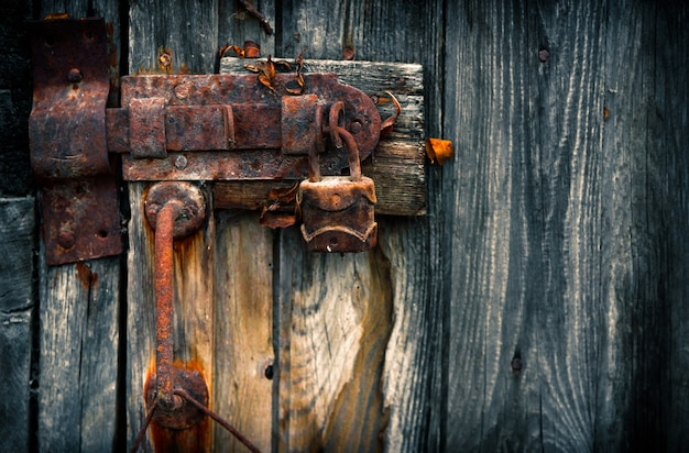 ドアの古いさびた南京錠