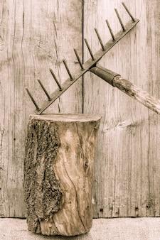 오래 된 녹슨 갈퀴입니다. 국가 도구. 나무 배경에 소박한 악기, 도구 및 농기구. 빈티지 스타일