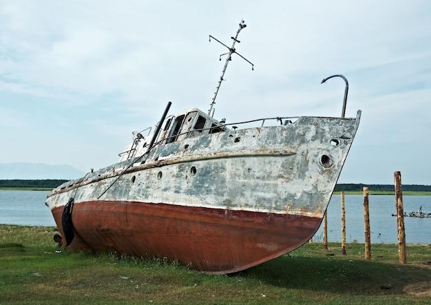바이칼 호수의 오래 된 녹슨 배입니다.
