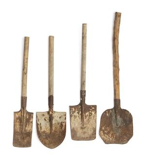 Старая ржавая лопата на черном фоне