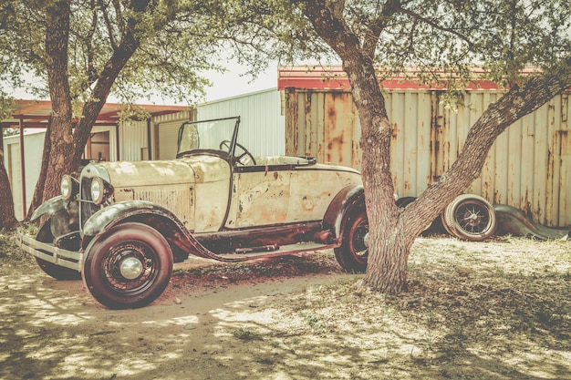 Старый ржавый старинный автомобиль