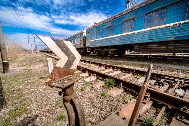오래 된 녹슨 오래 된 수레의 벗 겨 페인트 풍 화. 파란 버려진 된 철도 운송입니다. 오래된 철도역.
