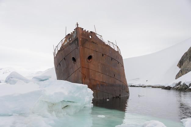 Старая ржавая развалина в антарктиде