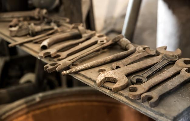 선반 위의 오래된 녹슨 렌치와 도구, 아무도. 금속 녹, 더러운 스패너, 부식, 지저분한 장비