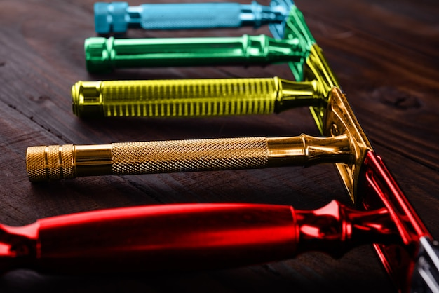 검정색 배경에 오래된 안전한 다채로운 면도기