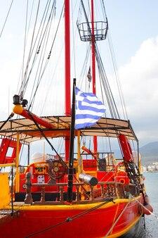Старый парусник с греческим флагом