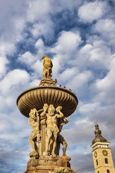 Старый фонтан самсона в центре города чешские будейовице в чехии