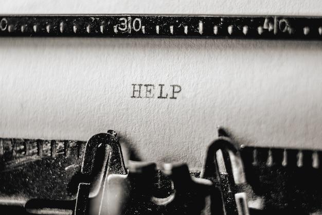 올드 스쿨 스타일 인쇄 텍스트 복고풍 타자기에 도움말. 클로즈업 메시지보기