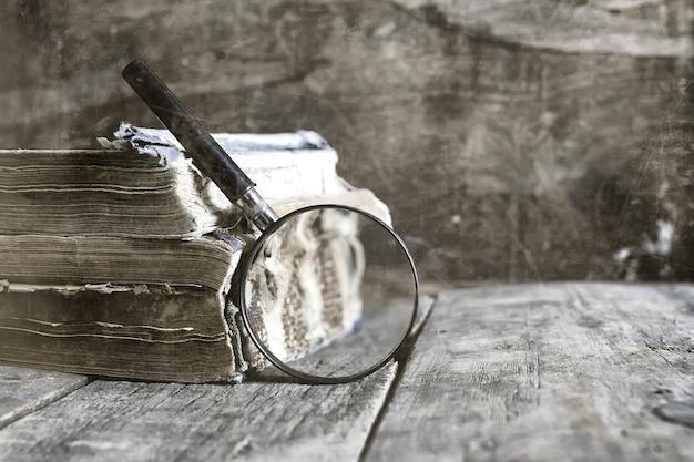 사진 돋보기와 오래된 책에 대한 오래된 긁힌 효과