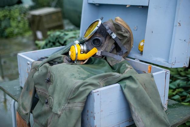 Старое снаряжение для подводного плавания с аквалангом, ласты для масок и зеленый костюм для дайвинга для дайвинга под водой